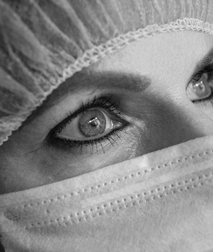 發生眼部疾病建議還是要找眼專科治療